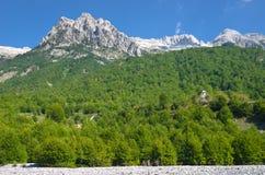 瓦尔博纳谷在阿尔巴尼亚阿尔卑斯 库存图片
