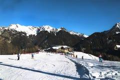 瓦尔博纳,莫埃纳,特伦托自治省女低音阿迪杰,意大利,阿尔卑斯, Dolomiti- 2017年12月24日:滑雪胜地 滑雪倾斜 在滑雪胜地的晴天 免版税库存图片