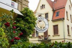 瓦尔多夫,德国- 2017年6月4日:传统德国房子和一个庭院有开花的玫瑰的 库存照片