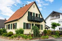 瓦尔多夫,德国- 2017年6月4日:有瓦屋顶和一个绿色庭院的住宅房子 免版税图库摄影