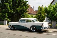 瓦尔多夫,德国- 2017年6月4日:20世纪50年代别克在瓦尔多夫村庄街道的白色和深绿颜色  免版税图库摄影