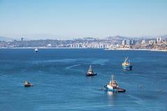 瓦尔帕莱索海湾鸟瞰图从Paseo Gervasoni在塞罗康塞普西翁角小山-瓦尔帕莱索,智利的 免版税库存照片