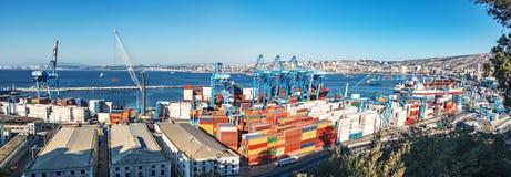 瓦尔帕莱索港口全景鸟瞰图从Paseo 21在塞罗Artilleria小山的de马约角-瓦尔帕莱索,智利的 免版税库存照片