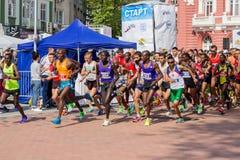 瓦尔纳保加利亚5月07日2017国际连续马拉松 免版税库存照片