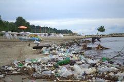 瓦尔纳在洪水以后的海滩污染 库存照片