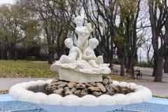 瓦尔纳,保加利亚, 2014年11月26日, :警报器喷泉在瓦尔纳海庭院里  免版税库存照片