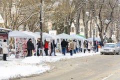 瓦尔纳,保加利亚, 2018年3月01日:买传统martinitsa的未知的人为小店祝愿幸福和运气的第一天 库存照片