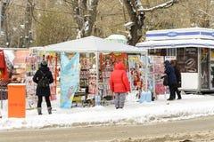 瓦尔纳,保加利亚, 2018年3月01日:买传统martinitsa的未知的人为小店祝愿幸福和运气的第一天 免版税库存照片