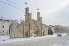 瓦尔纳,保加利亚, 2018年2月28日:在雪风暴下的第8个步兵团纪念门 纪念碑门是开始的o 库存照片