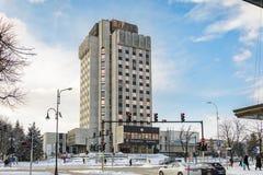 瓦尔纳,保加利亚, 2018年2月28日:瓦尔纳市政厅用在飞雪风暴以后和冷的温度盖了 图库摄影