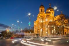 瓦尔纳,保加利亚, 14 12 2015年:假定的大教堂 lluminated在晚上 - 其中一个瓦尔纳地标,保加利亚 库存照片