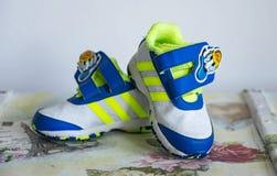 瓦尔纳,保加利亚24/02/2017 儿童` s穿上鞋子爱迪达,有限的编辑 免版税库存图片