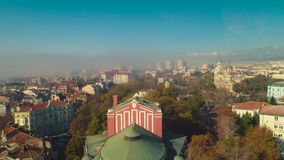 瓦尔纳,保加利亚 在戏曲剧院的鸟瞰图在市中心 股票录像