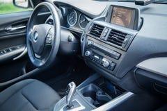 瓦尔纳,保加利亚- 2016年3月17日:BMW方向盘内部  BMW是德国汽车、摩托车和引擎manufactur 免版税库存照片