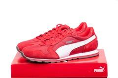 瓦尔纳,保加利亚- 2017年6月17日 在红色箱子的红色美洲狮体育鞋子 美洲狮,一个主要德国跨国公司 产品射击 库存图片