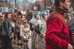 瓦尔纳,保加利亚- 2016年3月26日:春天狂欢节的参加者 库存图片