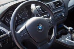 瓦尔纳,保加利亚- 2016年3月17日:BMW方向盘现代内部  BMW是一个德国汽车、摩托车和引擎人 免版税库存照片