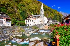 瓦尔d `的奥斯塔,北部Ita美丽如画的高山村庄利利亚内斯 免版税图库摄影