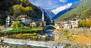 瓦尔d&的x27美丽如画的高山村庄利利亚内斯; 奥斯塔,北部Ita 免版税图库摄影