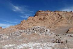 瓦尔de la月/月球咸山和土壤在阿塔卡马,智利 免版税库存照片