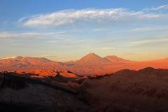 瓦尔de la月/月球,月亮的谷, Volcan Lincancabur在背景中,阿塔卡马沙漠智利 免版税库存照片