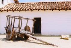 瓦屋顶与老推车(影片)的多孔黏土大厦 库存图片