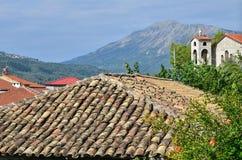 瓦屋顶和山 免版税库存照片