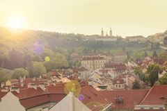 瓦屋顶美丽的景色在布拉格的历史的区,捷克 库存照片