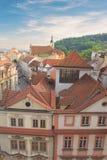 瓦屋顶美丽的景色在布拉格的历史的区,捷克 图库摄影