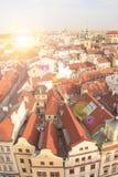 瓦屋顶美丽的景色在布拉格的历史的区,捷克 免版税库存图片