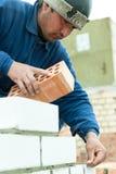 瓦工在房子建筑工作 免版税图库摄影