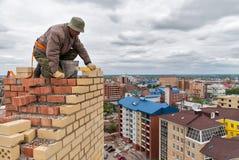瓦工在高房子建筑工作 免版税库存照片