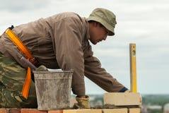 瓦工在高房子建筑工作 图库摄影