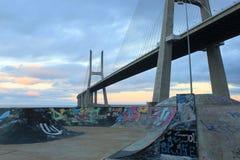 瓦斯科・达伽马桥梁在一个滑冰的公园 免版税库存图片