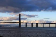 瓦斯科・达伽马桥梁在多云夜 免版税库存照片