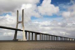 瓦斯科・达伽马桥梁,里斯本,从国家的看法停放 库存照片