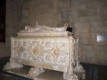瓦斯考De Gama坟茔在Jeronimos修道院里在里斯本葡萄牙 免版税库存图片