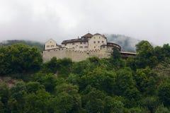 瓦杜兹城堡的正面图在列支敦士登 库存图片
