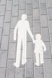 瓦片的空白剪影走的成人和子项 免版税库存图片
