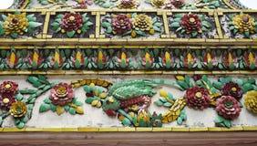 瓦片装饰在泰国寺庙的花纹花样 库存照片