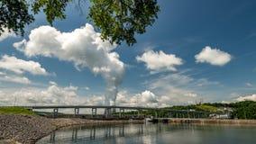 瓦特有冷却塔的Bar湖从一个核反应堆 图库摄影