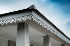 瓦的泰国样式细节连接与石膏板天花板和房檐 免版税库存图片