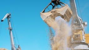 瓦砾的运输举行在挖掘的站点 股票录像