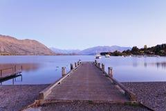 瓦纳卡湖, Otago,新西兰在秋天,在黎明前 免版税库存照片