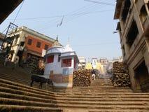 瓦腊纳西、北方邦、印度- 11月1日, 2009寺庙和步在Manikarnika Ghat 图库摄影