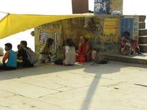 瓦腊纳西,北方邦,印度-坐在树荫下的2009 11月1日,人在茶附近购物 免版税库存图片