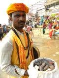 瓦腊纳西,北方邦,印度- 2009 11月1日A有一条蛇的耍蛇者在他的篮子 图库摄影