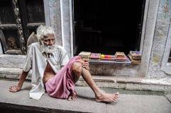 瓦腊纳西,印度, 2010年9月19日:老印地安人坐a 免版税库存照片