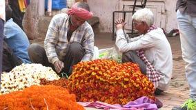 瓦腊纳西,印度- 2019年3月10日:不明身份的人民为宗教目的卖花在花市场上在瓦腊纳西 股票录像