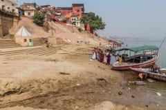 瓦腊纳西,印度- 2016年10月25日:在Ghats在季风期间以后的河边区步的泥沉积涌来 库存照片